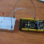 Tarjeta Arduino Mega con breadboard que tiene un led